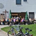 Bei schönstem Biergartenwetter genossen die Besucher Krustenbraten, Kaffee, Kuchen...