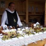 Pater Klaus OPR mit den Produkten der Abtei St. Severin