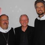 Pater Klaus und Br. Johannes mit dem Schauspieler Olaf Krätke