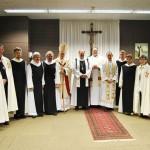 Gruppenbild mit Bischof Roald Nikolai, Abt Klaus, Father Robert Nemkovich, einigen Ordensgeschwistern und einigen Mitgliedern der Bruderschaft zum Heiligen Grab zu Jerusalem