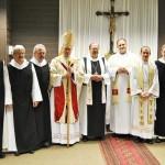 Gruppenbild mit Bischof Roald Nikolai, Abt Klaus, Father Robert Nemkovich, und einigen Ordensgeschwistern