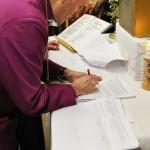 Bischof Roald Nikolai bei der Unterzeichnung der Vereinbarung