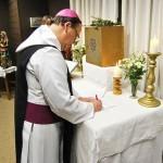 Abt Klaus bei der Unterzeichnung der Vereinbarung