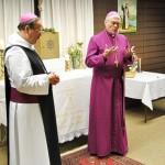 Abt Klaus OPR und Bischof Roald Nikolai nach der Unterzeichnung der Vereinbarung