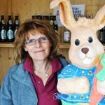 Die nette Verkäuferin von der Heißen Theke mit Osterhase