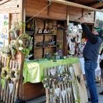 Hier wurden Türschilder aus Holz, der Namenszug in Holz und Türkränze angeboten