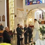 Pater Tomasz Rybka mit den fünf weiteren Kandidaten