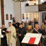 Pater Michael H. Maier OPR nimmt die sechs Kandidaten als Regularoblaten in den Orden von Port Royal auf