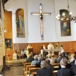 Pater Michael H. Maier OPR und Pater Tomasz Rybka in der Pfarrkirche, an die das Haus Samarytanin anschließt