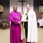 Bischof Doye Agama mit dem Prior der Ökumenischen Bruderschaft vom heiligen Grab zu Jerusalem