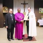 Bischof Doye Agama mit dem Großprior und dem Prior der Ökumenischen Bruderschaft vom heiligen Grab zu Jerusalem