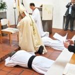Die Weihekandidaten drücken ihre Demut und Hingabe an Gott aus