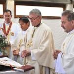 Die beiden neugeweihten Priester zelebrieren die Eucharistiefeier mit dem Bischof