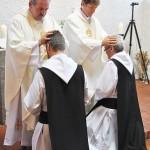 Jeder empfängt den Segen der beiden Priester