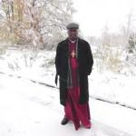 Bischof Doye Agama bei Schneetreiben im Kaufbeurer Eichwald