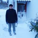 Bruder Maximilien vor einer der verschneiten Türen