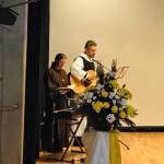 Sr. Britta und Br. Johannes beim Singen/Liedbegleiten