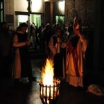Das Osterfeuer wurde vor dem Eingang der Abtei entzündet