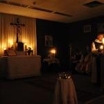 Bei den ersten Lesungen war noch alles nur durch Kerzen beleuchtet