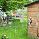 Gartendekoration aus Glas, Metall und Holz