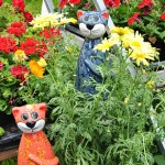 Zwei Keramikkatzen am Gärtnereistand