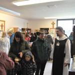 Die Mönche vom Kloster St. Severin standen mit Rat und Tat zur Seite, hier im Klosterladen