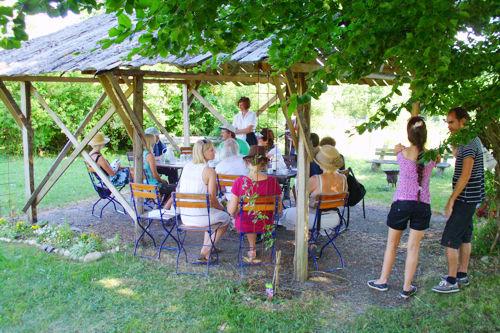 14 Interessierte bei Wildkräuterführung am 26.7.2013, hier nach der Führung bei kühler Kräuterlimo und/oder Kaffee