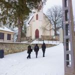 Daneben die Dorfkirche mit Friedhof