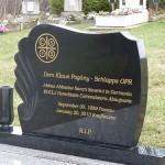 Grabstein auf der Gruft nach der Beisetzung (es ist eine gemauerte trockene Gruft im Boden)