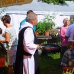 P. Gerhard mit Reispfanne, damit auch jeder satt wird