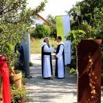 Br. Fritz vom Brunnenhof im Gespräch mit Abt Michael, der die Predigt beim Gottesdienst hielt (Foto von Peter Meyer)