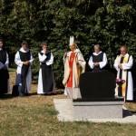 An der Gruft von Abt Klaus (im Hintergrund der höchste Lindenbaum in ganz Ungarn)