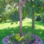Vor dem Tor, um das Kreuz herum auf dem Grünstreifen, der ja auch zu unserem Klostergrundstück gehört