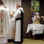 Links der Zelebrant Abt Michael mit P. Gerhard, der ihm assistierte, rechts Br. Georg, der ministrierte