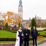 Abt Michael, Pater Lukasz und Oskar vor der Kirche in Tschenstochau