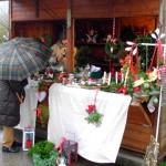 Die Bude mit Gestecken und Kränzen, auch Adventskränze