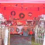 Der Stand mit Türkränzen, Adventskränzen, Türschilder aus Holz etc.