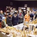 Am Stand des koptischen Klosters aus Höxter mit Olivenholzschnitzereien etc.